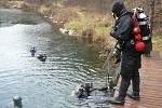 Potápěči na břehu zatopeného lomu u Horní Cerekve přesně ve svém stylu přivítali nový rok.