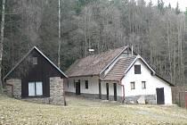 Hájenku, která se nachází v Bělském polesí, nyní vlastní pacovští pionýři.