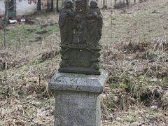 Zničený kříž v osadě Rybníček u Pelhřimova.