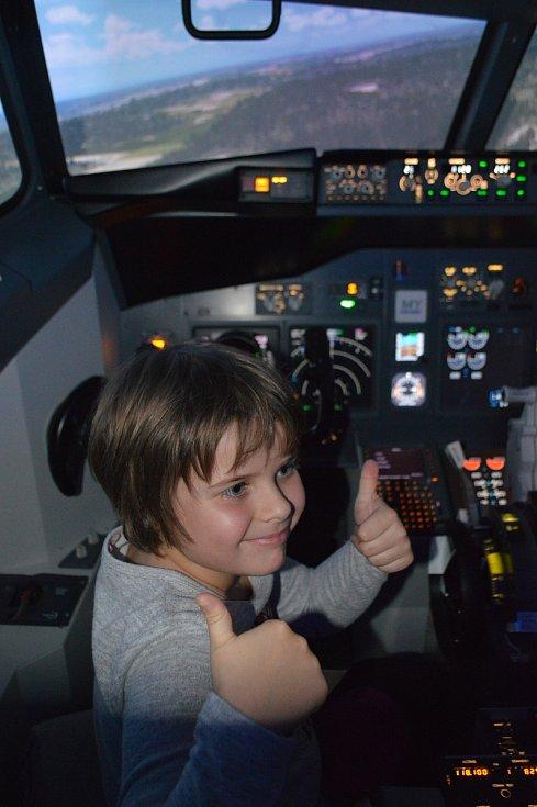 Senioři si vyzkoušeli trenažér letadla.
