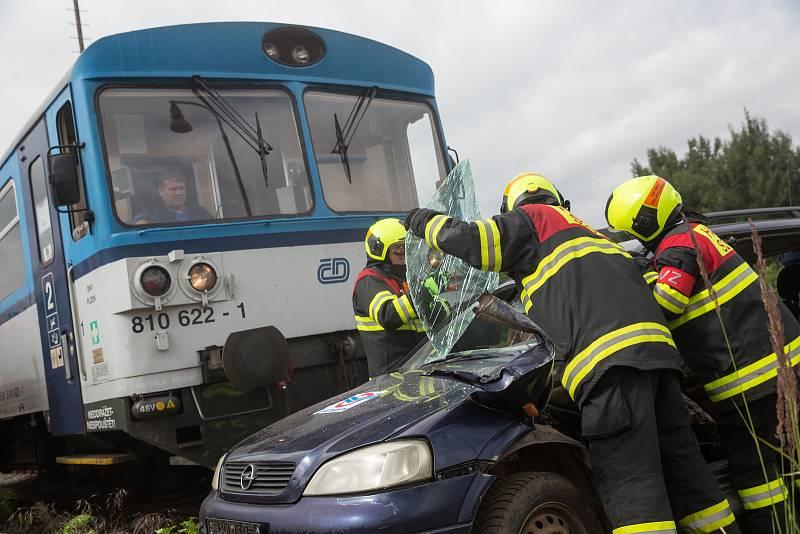 Simulovaný zásah u dopravní nehody vlaku s osobního automobilu.