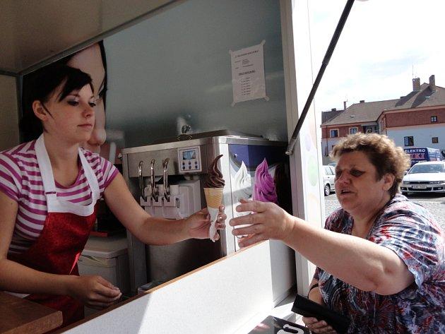 Pelhřimovští si oblíbili točenou zmrzlinu ze stánku pod náměstím. Stánek je letos na tomto místě poprvé.