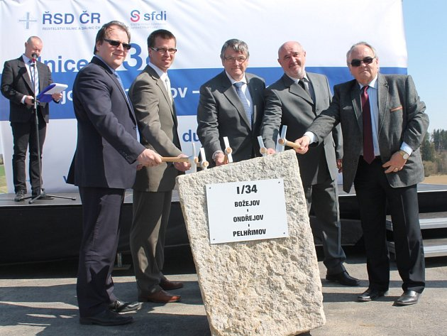 Poklepáním na základní kámen byla ve čtvrtek slavnostně zahájena stavba dlouho očekávaného obchvatu Božejov – Ondřejov – Pelhřimov.