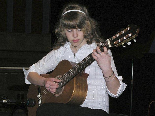 Kytarovou skladbu Yesterday od Johna Lennona zahrála žákyně šestého ročníku umělecké školy Veronika Kotýnková.