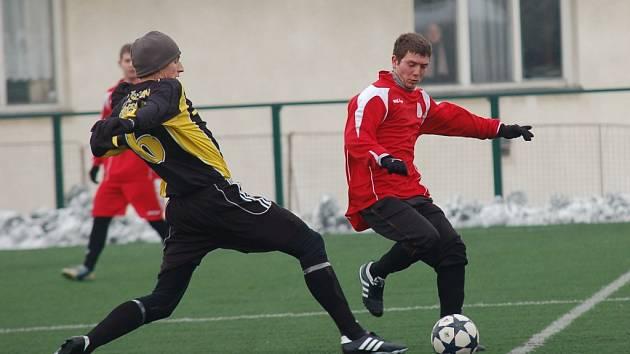 Fotbalisté Pelhřimova (na snímku vpravo je Michal Niederle) mají zatím v přípravě lepší výsledky než Humpolec. Do role favorita je staví i divizní příslušnost.