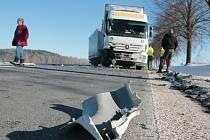Nákladní automobil s přívěsem s bulharskou registrační značkou po nehodě zablokoval silnici I/19 mezi Starým Pelhřimovem a Čížkovem v celé šíří vozovky. Provoz byl obnoven po desítkách minut.