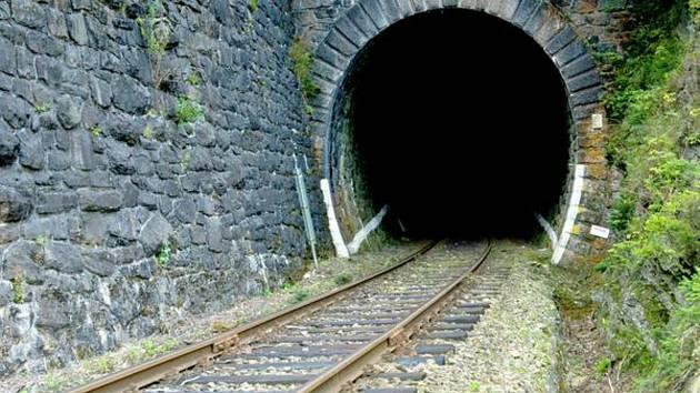 Podhradského tunel podle Správy železnic volá po opravách už dlouho.
