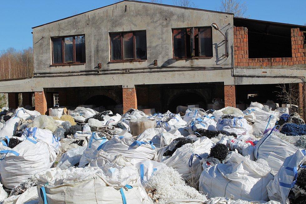 Areál bývalé cihelny ve Stojčíně je plný odpadu, duben 2020.