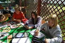 Šesťáci ze Základní školy v Žirovnici využili prosluněného počasí a hodinu přírodopisu strávili na venkovní pergole.
