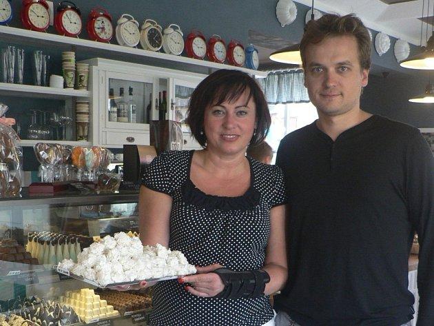 Originální podnik CaféBudík v Černovicích otevřeli Petra Kovandová a Tomáš Voborský.