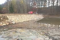 Rozsáhlé opravy Kulíkova rybníku trvaly čtyři měsíce. Opravou vznikla čistá vodní plocha.
