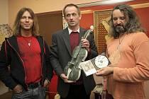 Kamenosochař Jan Řeřicha (uprostřed) se v Pelhřimově potkal s Milanem Kameníkem a Martinem Dufkem (vpravo). Mramor je slovo, které všechny tři spojuje.