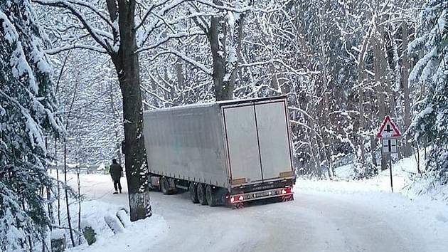 Sněžení na Vysočině: čtyři zranění při čelní srážce a problémy kamionů v kopcích