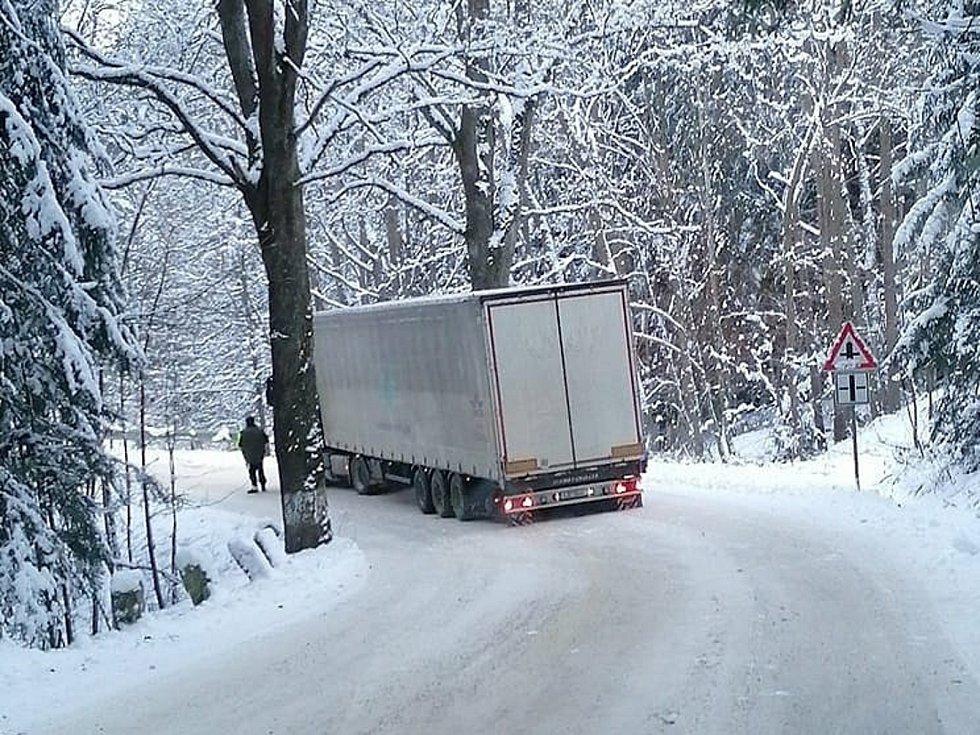 Silnici z Jetřichovce do Těchobuze zablokoval kamion.