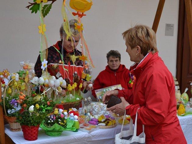 Návštěvníci Velikonočního jarmarku na zámku v Kamenici nad Lipou si tu v sobotu mohli zakoupit řadu výrobků