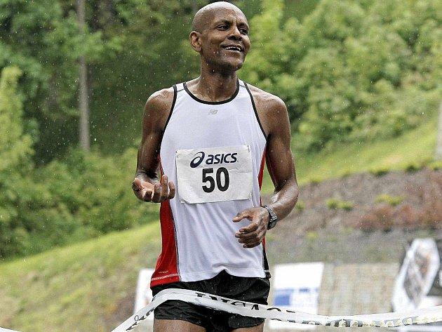 Mulugeta Serbessa v cíli půlmaratonu