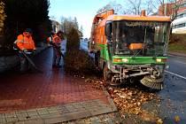 Pracovníci pelhřimovských technických služeb uklízeli v pondělí také ulice, které nesly stopy nedělní vichřice.