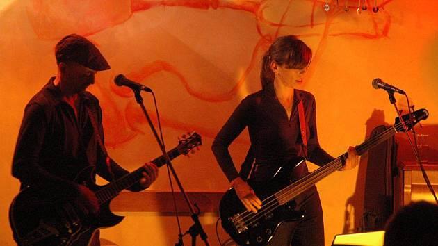 Zpěvačka a baskytarista Shina se svým partnerem a spoluhráčem Danielem Salontayem tvoří duo Longital. V pátek vykouzlili skvělou atmosféru v kavárně Tygřík v Pelhřimově.