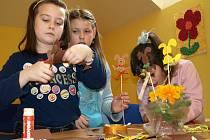 Žáci základní školy Komenského v Pelhřimově se ve středu připravovali na svátky jara v pelhřimovské knihovně.