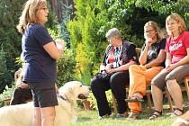 Klienty pečovatelské služby Farní charity Kamenice nad Lipou a její příznivce navštívili ve středu odpoledne spolu se dvěma šikovnými pejsky pracovnice Výcvikového canisterapeutického sdružení Hafík z Třeboně.