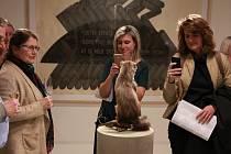 Vernisáže v 8smičce se těší velkému zájmu veřejnosti, což bylo patrné i při zahájení výstavy Kuna nese nanuk letos v únoru.
