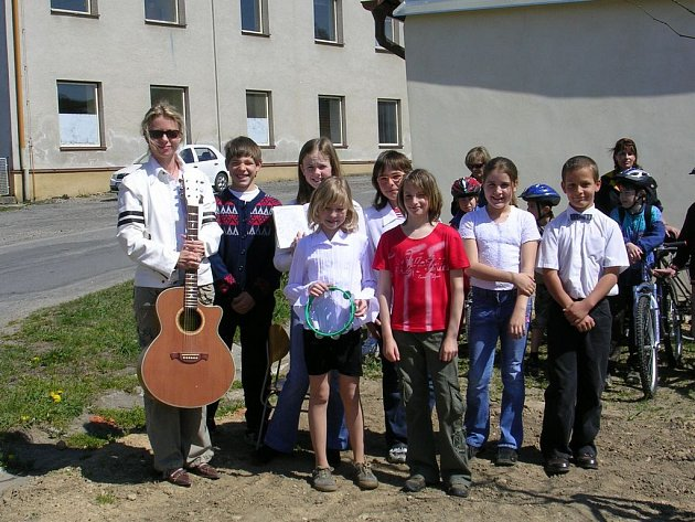 Dvacet školáků se postaralo o jarní otevření stezky Greenway.