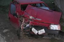 Dvaadvacetiletý řidič automobilu Škoda Favorit jel ve směru z obce Vlčetín. Po průjezdu levotočivé zatáčky se plně nevěnoval řízení vozidla, údajně usnul a s vozidlem vyjel vpravo mimo vozovku, kde čelně narazil do sloupu elektrického vedení.