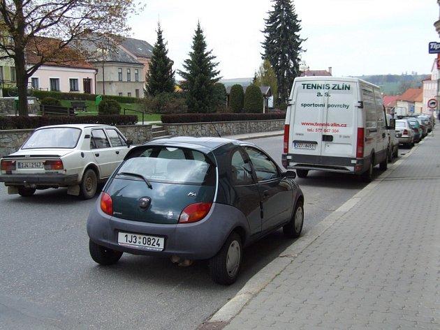 Motoristé si zadělávají na nesnáze sami. Přestože mohou v Žirovnici využít hned dvou rozlehlých parkovišť, odstavují svá auta podél silnice, která tím pádem nepatří mezi ty nejpřehlednější.