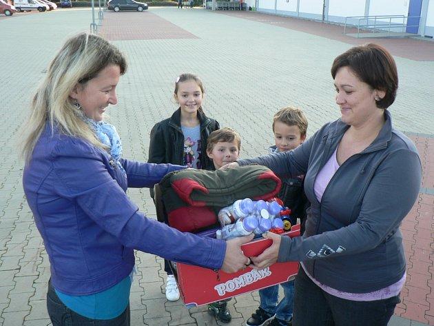 Poprvé mohly maminky dary pro rodinu Musilových nosit Tereze Maškové (na snímku vpravo) v pátek. Tuto možnost využila i Irena Černíková z Pelhřimova.