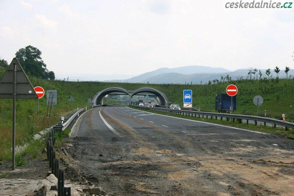 Na dálnici D6 leží ekodukt u Jenišova.