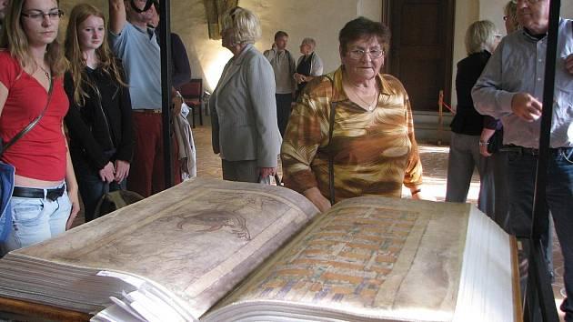 Kniha váží téměř 80 kilogramů a je v ní celkem 624 stran