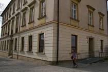 Na budově Hrdličkova muzea už je někde vidět oprýskaná omítka.