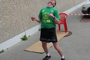 Pokus v 18ti hodinovém fotbalovém driblování žongléra Jiřího Kremsera.