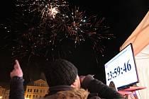 Několik stovek lidí absolvovalo silvestrovské oslavy a vítání nového roku v centru Pelhřimova.