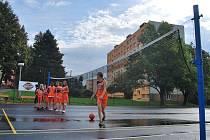 Hřiště na sídlišti Na Pražské získalo nový povrch. Asfaltový koberec byly vyzkoušet žákyně ze Základní školy Na Pražské. V Pelhřimově se podařilo zrekonstruovat celkem deset hřišt.