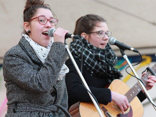 """Studentky pelhřimovské """"zušky"""" Andrea Bílá (vlevo) a Lucie Martínková to přes úspěchy v postupových soutěžích dotáhly až na pódia, z nichž zpívají veřejnosti."""