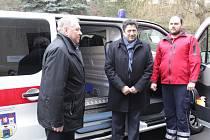 Ve středu ve 12 hodin předával starosta města Pelhřimov František Kučera řediteli nemocnice Janu Mlčákovi novou sanitku.