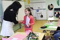 Školáci a studenti na Pelhřimovsku ve čtvrtek dostali svá pololetní vysvědčení.