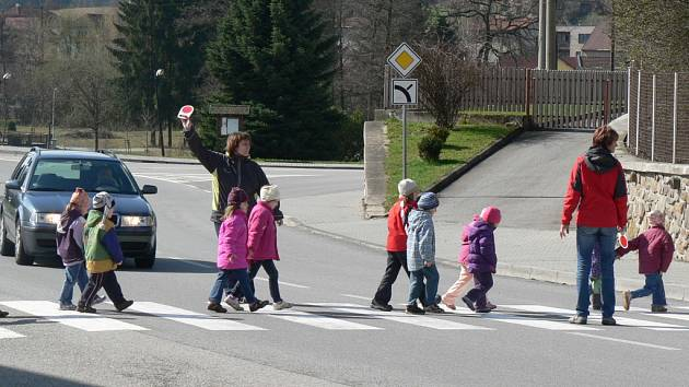 Děti z mateřské školy přecházejí hlavní dopravní tah v Rynárci minimálně třikrát denně.
