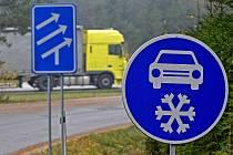 Značky přikazující jízdu se zimními pneumatikami se již objevily u dálnice