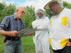 Zkušený žirovnický včelař František Pokorný (vlevo) vysvětluje na včelařském kurzu začátečníkům Tomáši Jakešovi a Danielu Baštovi funkci mateří mřížky.
