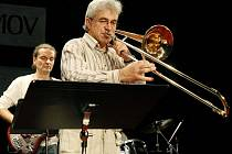Jaroslav Dušek je profesionál, učitel, který se nebojí využívat moderní hudební školy, aby žáky naučil rozvíjet talent ve hře na dechové nástroje.