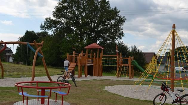 Malí obyvatelé nové zástavby rodinných domů v Jiřicích se mohou vyřádit na novém dětském hřišti, které bylo dokončeno v úterý 19. srpna.