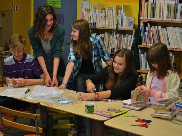 V pondělí se v humpolecké knihovně sešli pomocníci a dobrovolníci, kteří lepí piktogramy a obalují knihy. Změnu řazení knih je nakonec třeba zanést i do systému v počítači.