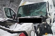 Osobní auto s dodávkou se srazilo v sobotu krátce před jedenáctou hodinou na silnici I/34 u Komorovic.