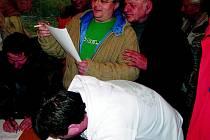 """Účastníci """"bioplynového"""" sezení opouštěli rynárecký hostinec jenom pozvolna. Ne snad, že by se jim nechtělo domů. Na stolcích u východu však ležely petiční archy. Takže se čekalo nikoliv na uvolnivší se průchod dveřmi, nýbrž na podpis proti výstavbě."""