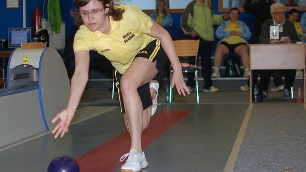Vzhledem k tomu, že se nedostavila k zápasu jedna ze soupeřek, nehrála pelhřimovská Petra Skotáková pod tlakem. Dařilo se jí, porazila báječných 549 kuželek.