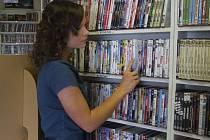 To už spousta lidí vůbec neřeší. Zájem o půjčovny s DVD klesá a stahování z internetu vyhrává na plné čáře.