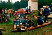 V únoru roku 1991 oficiálně vzniklo středisko Fidelis et Fortis. Na fotografii jsou družiny, které postoupily do okresního kola závodu vlčat a světlušek na Hutích nedaleko Bohdalína.