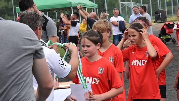 Fotbalového turnaje přípravek v Kamenici nad Lipou se zúčastnilo šestnáct týmů. Po osmi v každé kategorii.